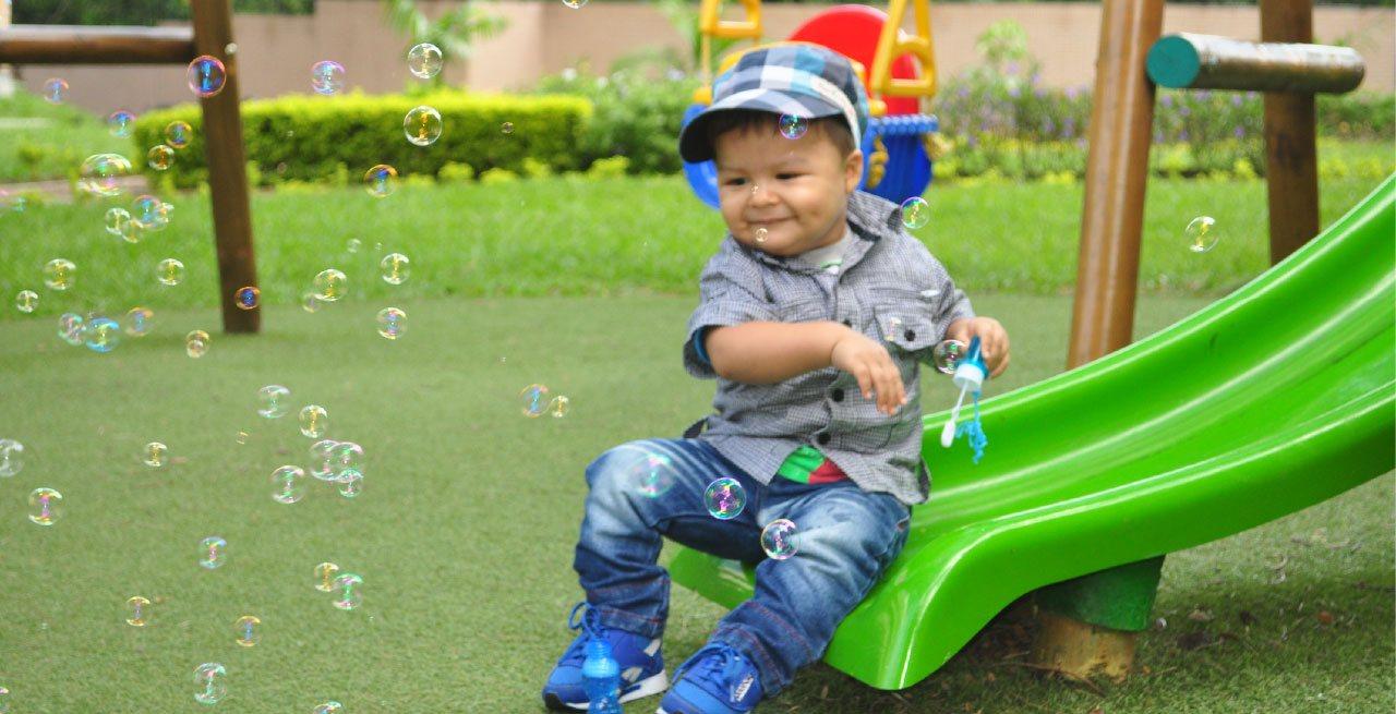 Niño con burbujas